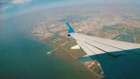 Vista dalla finestra di Jet Airplane che vola in basso sopra la città video d archivio