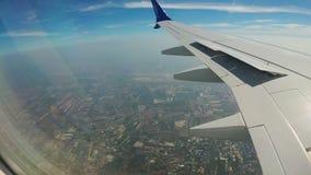 Vista dalla finestra di Jet Plane sul paesaggio della città di Bangkok video d archivio