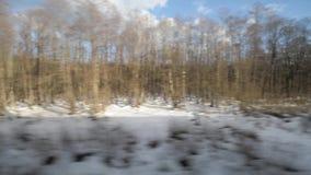 Vista dalla finestra di un treno commovente stock footage