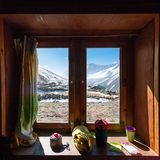 Vista dalla finestra nella casetta dell'alta montagna sul modo a Renjo Fotografia Stock Libera da Diritti