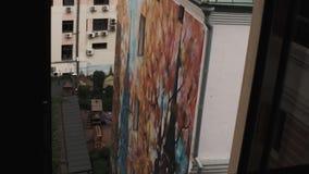 Vista dalla finestra sulla grande alta costruzione bianca verde del facadeof e del tetto stock footage