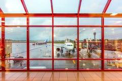 Vista dalla finestra terminale alla pista di mattina, dopo la pioggia Fotografie Stock Libere da Diritti
