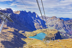 Vista dalla gondola dell'ascensore di sci che si dirige al Mt Titlis nello Swis Fotografia Stock Libera da Diritti