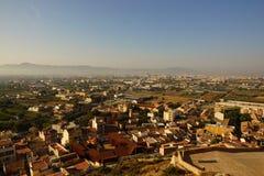 Vista dalla montagna al villaggio in una piccola città spagnola Fotografia Stock