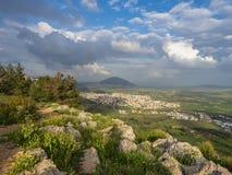 Vista dalla montagna alla valle verde un giorno di molla nuvoloso immagini stock libere da diritti