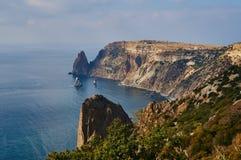 Vista dalla montagna a capo Fiolent sul Mar Nero Posto famoso per turismo in Crimea Giorno di estate pieno di sole Fondo perfetto immagine stock libera da diritti