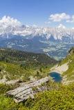 Vista dalla montagna con Alpenrose al lago e dalla montagna Dachstein Fotografia Stock