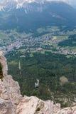 Vista dalla montagna del villaggio tipico nelle alpi italiane delle dolomia: Camere e prati verdi Fotografie Stock Libere da Diritti