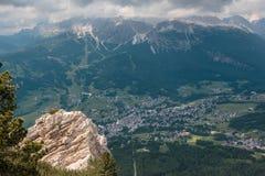Vista dalla montagna del villaggio tipico nelle alpi italiane delle dolomia: Camere e prati verdi Fotografia Stock Libera da Diritti