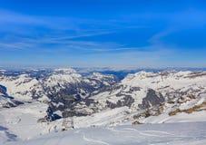 Vista dalla montagna di Titlis in Svizzera nell'orario invernale Immagini Stock