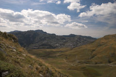 Vista dalla montagna fra il manito ed il lago di kapetanovo, Montenegro Immagini Stock