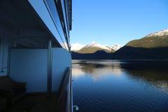 Vista dalla nave da crociera delle montagne d'Alasca con neve Fotografia Stock Libera da Diritti