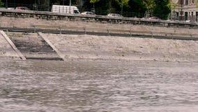 Vista dalla nave sulla passeggiata a Budapest stock footage