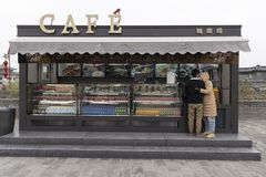 Vista dalla parete di Xi'an, di un café della città e di una coppia - Imagen fotografia stock