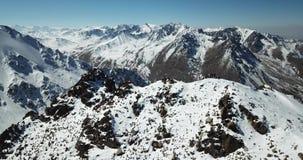 Vista dalla parte superiore della montagna Turisti sulla cima Vicino alla cima del fuco Un gruppo di scalatori è alla cima del pi stock footage