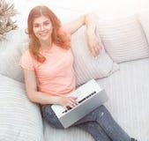Vista dalla parte superiore ritratto della studentessa con il computer portatile Immagine Stock