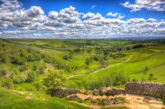 Vista dalla passeggiata alla cima del hdr del Regno Unito delle vallate di Yorkshire della baia di Malham fotografia stock