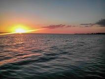 Vista dalla piattaforma della nave da crociera con bello, alba sotto acqua Immagine Stock