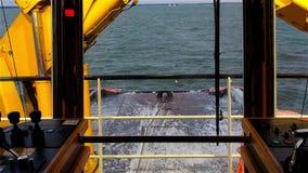 Vista dalla piattaforma di ponte del rimorchiatore giorno Rigonfiamento sul Mar Baltico stock footage