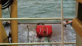 Vista dalla piattaforma di ponte del rimorchiatore sul grippiale Verricello a motore giorno Rigonfiamento sul Mar Baltico stock footage