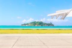 Vista dalla pista dell'aeroporto all'isola dell'anonimo - un piccolo granitico è Immagini Stock Libere da Diritti