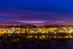 Vista dalla punta del sud della fortezza di Vysehrad sul fiume la Moldava nella notte, Praga Fotografia Stock