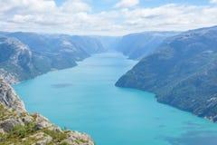 Vista dalla roccia del quadro di comando Vista aerea di acqua blu sopra un fiordo norvegese Lysefjorden fotografia stock libera da diritti