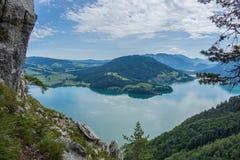 Vista dalla roccia di Drachenwand su Mondsee e su Attersee Via il ferrata nella regione di Halstatt, l'Austria fotografie stock libere da diritti