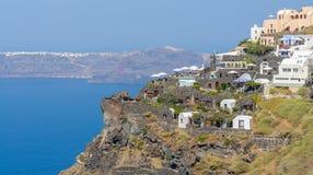 Vista dalla scogliera di Santorini alla caldera ed all'isola Fotografia Stock Libera da Diritti