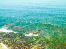 Vista dalla scogliera su acqua di Mar Nero immagini stock