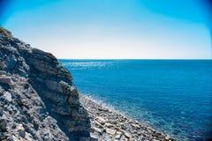 Vista dalla scogliera sul mare blu fotografia stock