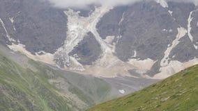 Vista dalla seggiovia ai ghiacciai Faccia segno alla macchina fotografica su giù video d archivio