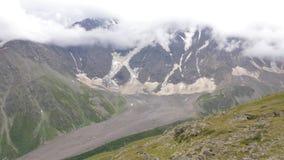 Vista dalla seggiovia ai ghiacciai Faccia segno alla macchina fotografica su giù archivi video