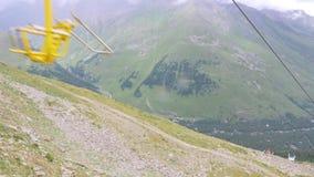 Vista dalla seggiovia ai ghiacciai Faccia segno alla macchina fotografica su giù stock footage