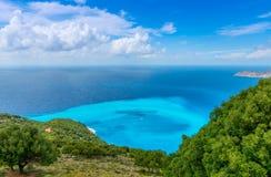 Vista dalla spiaggia di Myrtos immagine stock