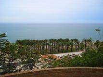 Vista dalla spiaggia di Torremolinos della roccia Fotografia Stock Libera da Diritti