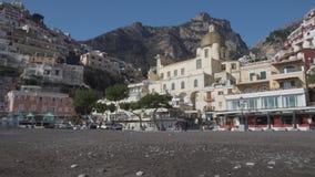 Vista dalla spiaggia su vecchia architettura e sulla chiesa di Santa Maria Assunta video d archivio