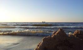 Vista dalla spiaggia sulla nave sola al Mar Baltico Fotografia Stock Libera da Diritti