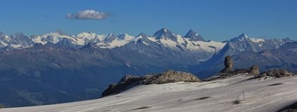Vista dalla stazione della sommità di de Diablerets del ghiacciaio Immagine Stock