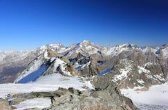 Vista dalla stazione di Mittelallalin Ghiacciai di trascuratezza e gli più alti picchi delle alpi svizzere Fotografia Stock