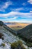 Vista dalla strada al Mt Whitney, pino solo, CA Fotografia Stock