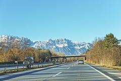 Vista dalla strada alle montagne svizzere innevate Immagine Stock Libera da Diritti