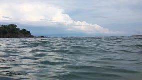 Vista dalla superficie dell'acqua video d archivio