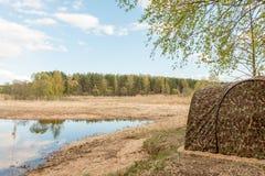 Vista dalla tenda del bagno mobile sul fiume fotografie stock libere da diritti