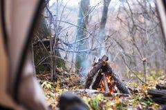 vista dalla tenda su fuoco Fotografia Stock Libera da Diritti
