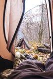 vista dalla tenda su fuoco Immagine Stock