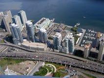 Vista dalla torretta del CN di Toronto su lungomare e Lakeshore sulla strada principale Immagine Stock Libera da Diritti