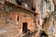 Vecchia chiesa vicino a Struga, lago della caverna della roccia ohrid Immagine Stock