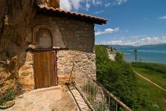 Vecchia chiesa vicino a Struga, lago della caverna della roccia ohrid fotografie stock libere da diritti