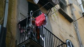 Vista dalla via al balcone dell'appartamento della persona sola, declino crudele di vita archivi video